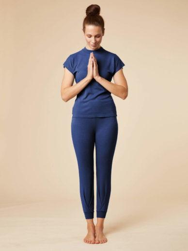 Das Model trägt das Entspannungs-Set bestehend aus der Yoga-Hose Tara und dem Stehkragen-Shirt Balaga