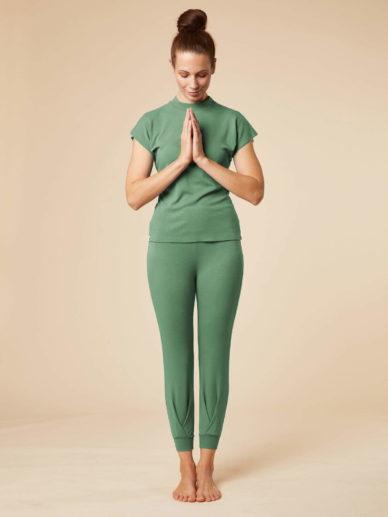 Frontansicht des chakrana Outfits bestehend aus der Yoga-Hose Tara und dem Stehkragen-Shirt in Schilf