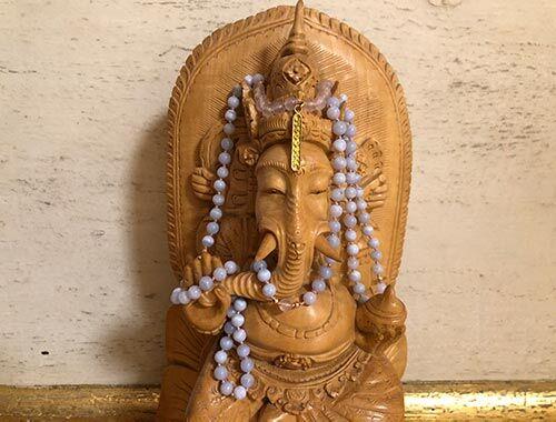 Vishuddha Mala über Statue von Ganesha gehängt