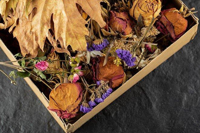 getrocknete Rosenblüten liegen in einer Box